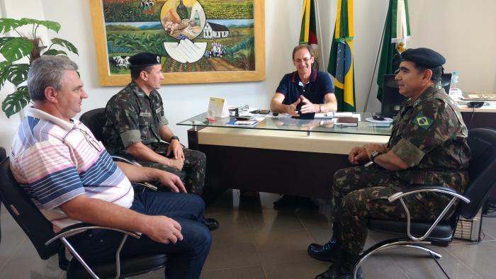Augusto Pestana recebe a visita de militares