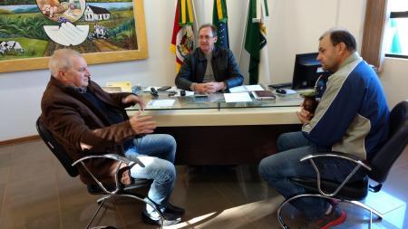 Prefeito recebe assessor do deputado Afonso Hamm