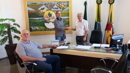 Waldir Callai entrega o cargo ao prefeito Vilmar Zimmermann