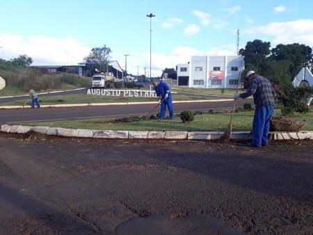 Equipes realizam limpeza dos trevos de acesso ao município