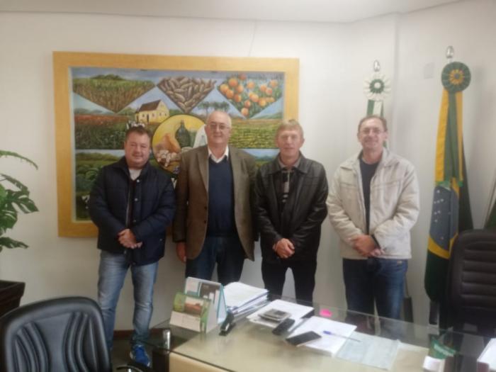 Vereador de Ajuricaba busca informações sobre o cultivo do amendoim