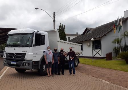 Município recebe caminhão caçamba