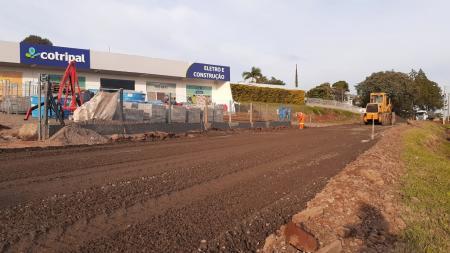 Prefeitura realiza pavimentação em frente a Cotripal